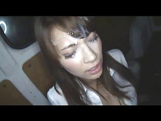 【エロ動画】大量に精液がでる男の射精で女の顔が精液だらけに