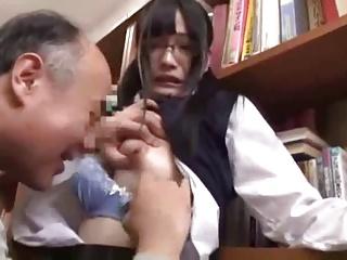 JK|図書館でオッサンに痴漢され尻に精子を発射されるメガネ女子校生
